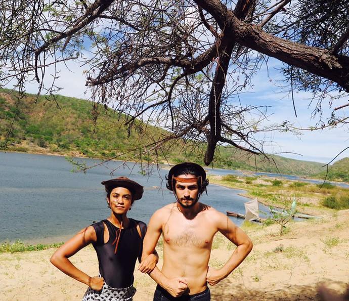Gabriel Leone posa com Lucy Alves nos intervalos das gravações no Nordeste (Foto: Arquivo Pessoal)
