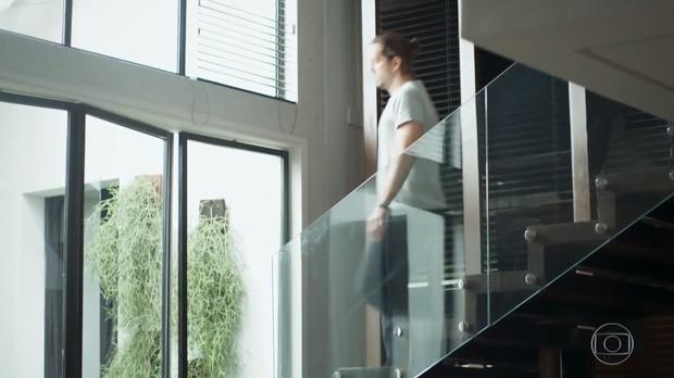 Decoração de casa de músico na novela Rock Story combina madeira e alumínio, deixando ambientes modernos e com personalidade (Foto: Reprodução Globo)