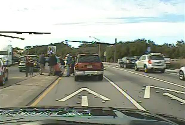 Câmera instalada em outro carro flagra momento em que adolescente se desespera ao ver o pai no chão após acidente (Foto: Reprodução / YouTube)