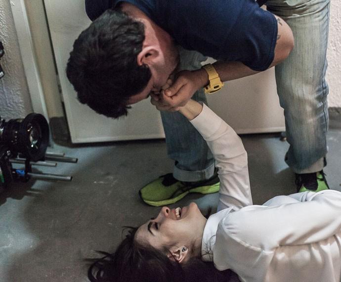 Maria Casadevall recebe carinho do direitor Marcos Rodrigo  (Foto: Artur Meninea/Gshow)