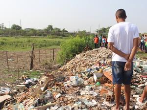 Corpo foi encontrado em lixão na Vila Mandacarú (Foto: Catarina Costa/G1 PI)