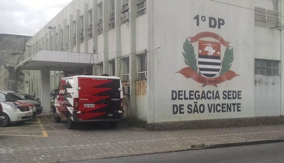 Caso foi registrado na Delegacia Sede de São Vicente, SP (Foto: Rafaella Mendes/G1)