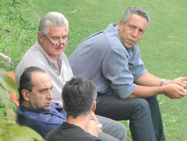 Kalil assiste ao treino do Atlético-MG (Foto: Fernando Martins / Globoesporte.com)