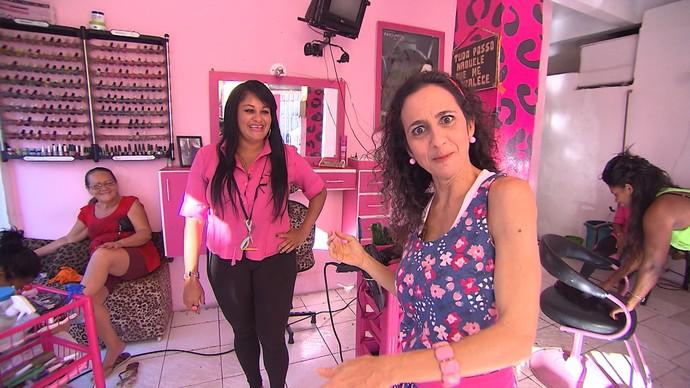 Na Liberdade, Maria Menezes conhece um salão todo decorado de rosa (Foto: TV Bahia)