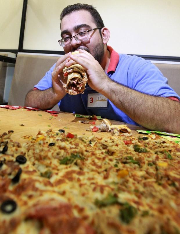 Iraquiano participa de desafio de comer pizza de 80 cm (Foto: Sabah Arar/AFP)