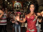 Toda de vermelho, Gracyanne Barbosa exibe curvas em ensaio