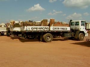 Caminhões com os materiais descartados pelos moradores do Campo Belo e Jardim Fernanda em Campinas (Foto: Reprodução/ EPTV)