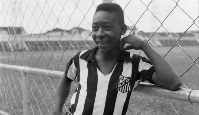 Pelé, quando vestiu a camisa do Santos pela primeira vez (Foto: Reprodução / twitter)