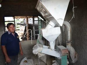 Elianderson também fabrica a própria ração para o rebanho (Foto: Rogério Aderbal/G1)