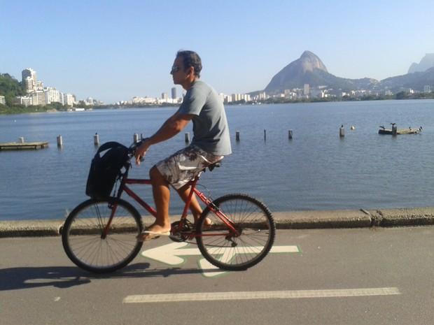 Ciclista aproveita o dia de sol para pedalar na Lagoa, no Rio (Foto: Gabriel Barreira / G1)