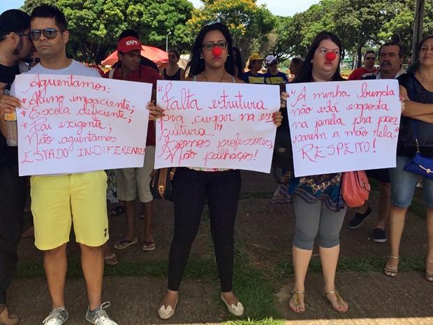 Professores protestam na Praça do Buriti, em Brasília (Foto: Luciana Amaral/G1)