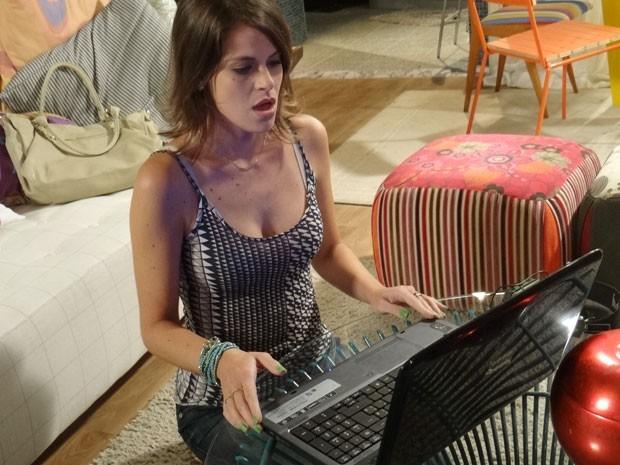 Ana assiste beijo de Bruno e Fatinha no computador do namorado e fica chocada (Foto: Malhação / Tv Globo)