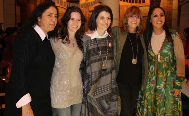 Glória Perez com as pesquisadoras Sandra Regina, Júlia Laks, Malga di Paula e Berna Ayata (Foto: Nathalia Fernandes / TV Globo)