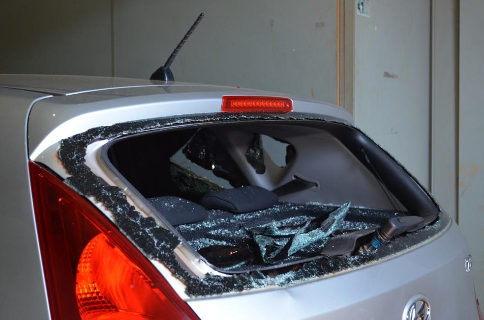 Motorista estima que terá prejuízo de R$ 20 a 25 mil com o carro que foi destruído por taxistas em Porto Velho (Foto: Hosana Morais/G1)