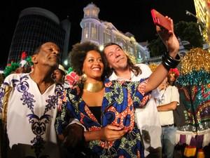 Cantora africana Sara Tavares tira selfie ao lado do percussionista Naná Vasconcelos e Lenine antes de subirem ao palco (Foto: Aldo Carneiro/ Pernambuco Press)