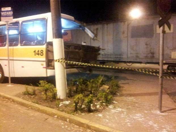 Acidente entre trem e ônibus deixa feridos em Valinhos (SP) (Foto: Lana Torres/G1Campinas)