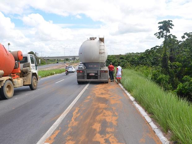 Caminhão tem tanque perfurado e espalha óleo em rodovia da Paraíba (Foto: Walter Paparazzo/G1)