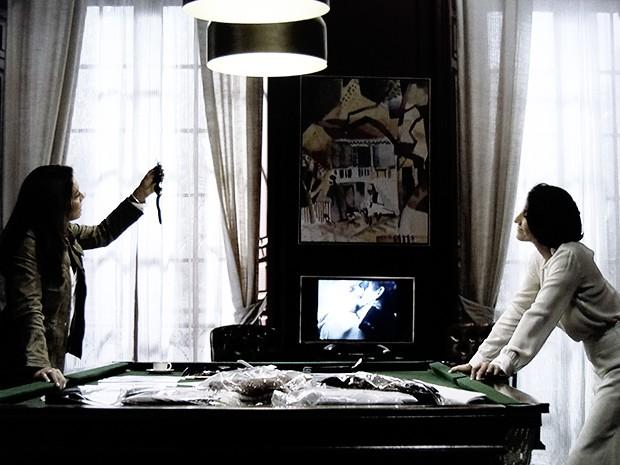 Rosa volta a interrogar Gilda e pede o relógio de volta (Foto: O Rebu / TV Globo)