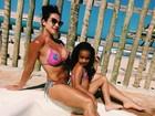 Scheila Carvalho combina biquíni com o da filha em foto