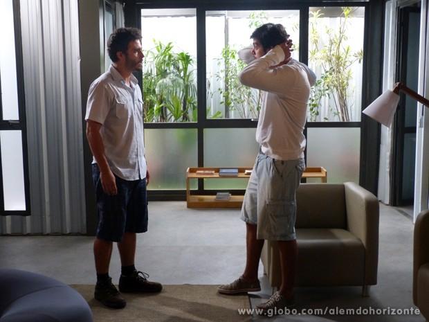 Marlon e William se assustam com Tereza batendo a porta (Foto: Além do Horizonte/TV Globo)