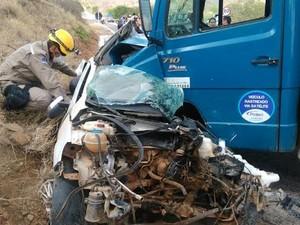 Colisão entre carro e caminhão em Salgueiro, PE (Foto: Divulgação/ Corpo de Bombeiros)