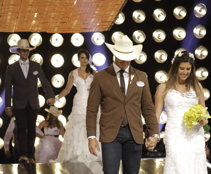 Casais trocaram a pista de dança por um curral e as alianças eram em formato de cinto (Foto: João Pedro Januário)