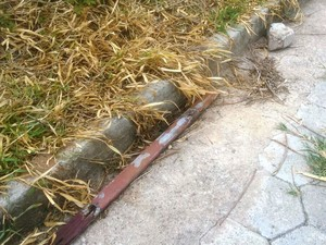 Pedaço de pau e pedra com manchas de sangue foram encontrados (Foto: Vagner Tolendado/TV Integração)