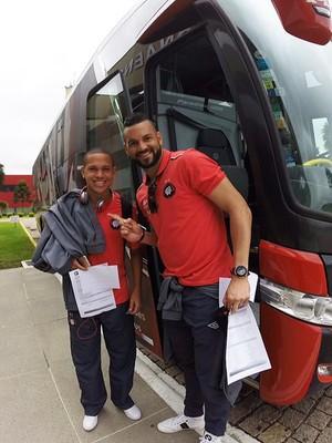 Marcos Guilherme e Weverton do Atlético-PR (Foto: Site oficial do Atlético-PR/Divulgação)