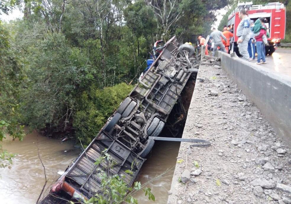 Ônibus tombou e caiu dentro de arroio em Candelária; um jovem de 20 anos morreu no local (Foto: Patricia Steffanello / Rádio Sorriso FM)