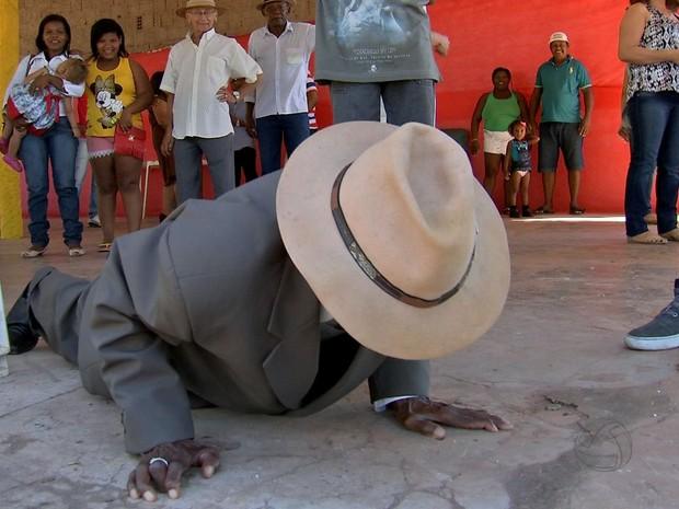 Antônio Benedito fez flexão durante a festa de aniversário de 110 anos. (Foto: Reprodução/ TVCA)