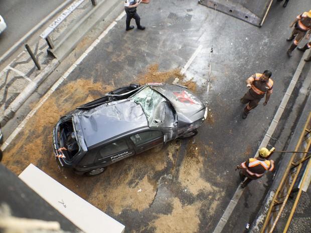Carro envolvido em acidente já desvirado no Centro de São Paulo (Foto: Marcelo Goncalves/Sigmapress/Estadão Conteúdo)