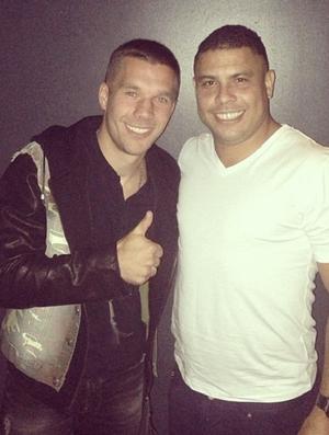 Podolski tieta Ronaldo na noite de Londres (Foto: Reprodução / Instagram)