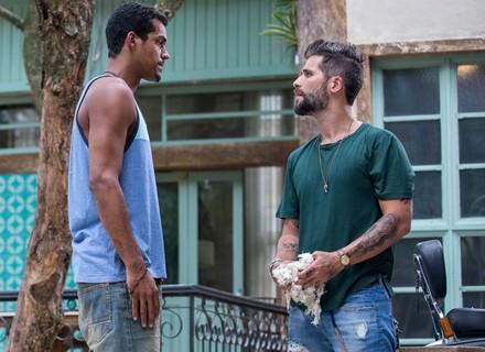 Mario contrata Tiago como assistente na oficina