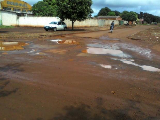 Internauta reclama de buraco em rua de Dourados MS (Foto: Geilson Coelho da Costa/VC no G1 MS)