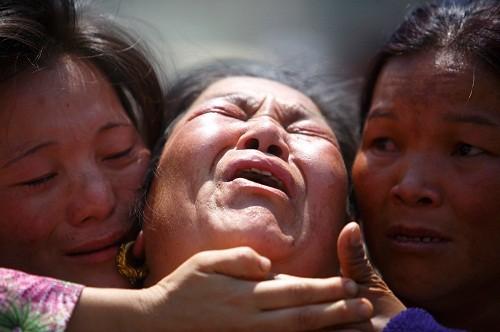 Foto (Foto: Familiares de um dos sherpas mortos nessa avalanche choram a perda do parente (Reuters))