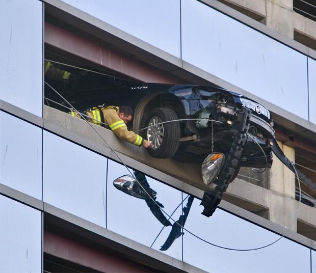 Bombeiros trabalham na retirada de carro que ficou pendurado em estacionamento de Rochester, em Minnesota (EUA) (Foto: The Rochester Post-Bulletin, Jerry Olson/AP)