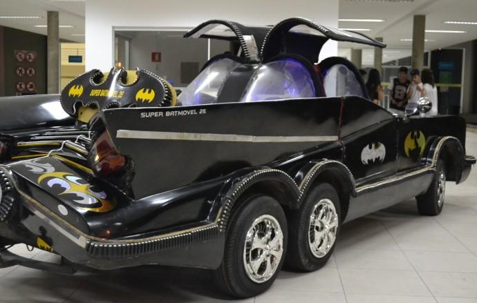 Batmóvel é inspirado no modelo de 1960 (Foto: Reprodução / TV Diário)