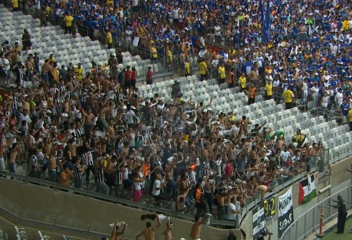 Torcida do Atético-MG solta bombas em campo após o segundo gol do Galo (Foto: Reprodução/TV Globo Minas)