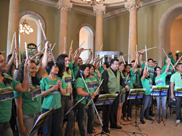 Coral de Flautas, sob a regência do maestro Cláudio Abrantes (Foto: Tiago Melo/G1 AM)