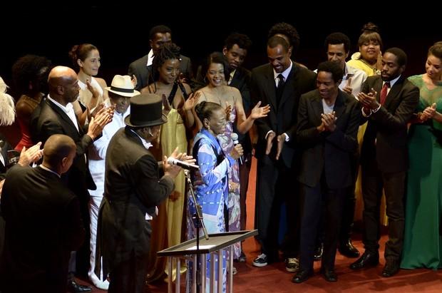 Ruth de Souza recebe homenagem em premiação de cinema (Foto: Roberto Teixeira/EGO)