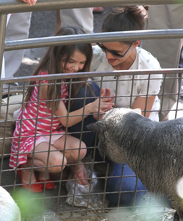 Suri Cruise e Katie Holmes no Zoo de Nova York (Foto: Grosby Group)