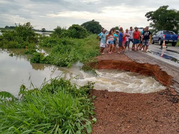 Com o grande volume de água que passa por baixo do asfalto, as manilhas de escoamento não estão suportando na BR-222 (Foto: Divulgação/PRF)