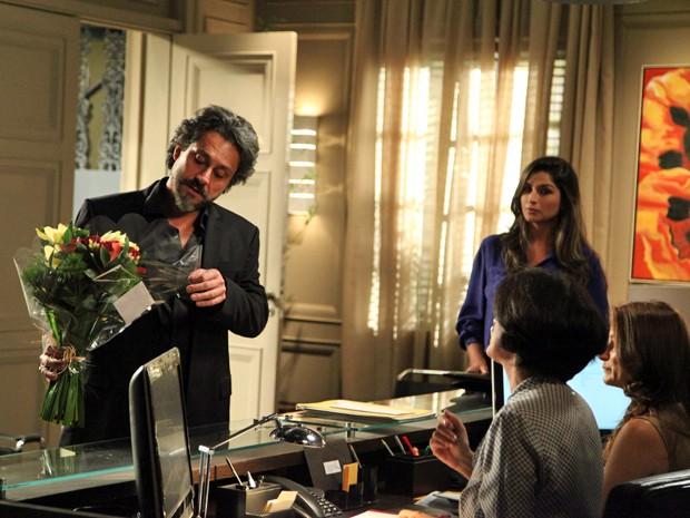 Zé não entende nada quando ver o buquê de flores na recepção  (Foto: Carol Caminha/TV Globo)