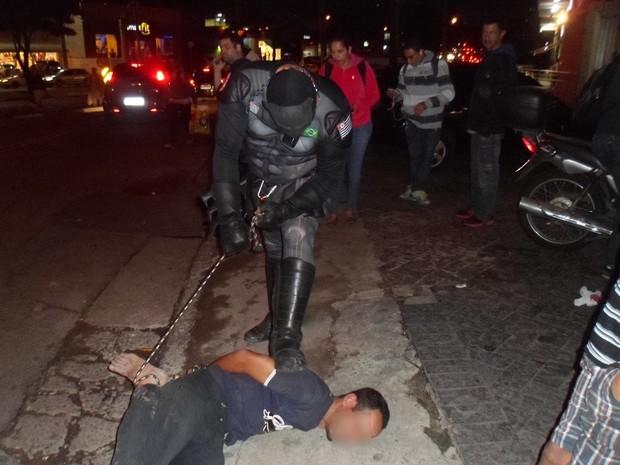 Empresário vestido de Batman amarrou suspeito de furtar seu celular  (Foto: Loucos pela Paz/Divulgação)