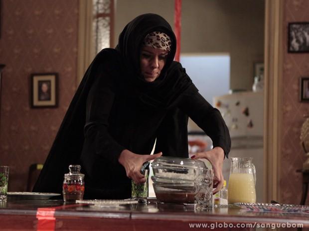 Não satisfeita, ela pega as comidas da mesa (Foto: Sangue Bom/TV Globo)