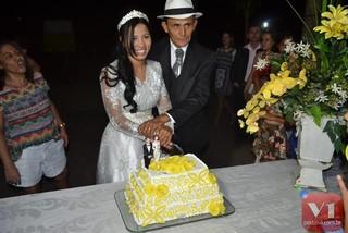 Roberto Cardoso e Stefhany Absoluta cortam o bolo (Foto: Divulgação/Sergio Alves Portal V1)