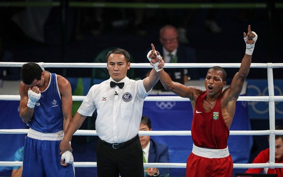 Robson Conceição (vermelho) durante luta em que ganhou a medalha de ouro contra o francês Sofiane Oumiha em Jacarepagua (Foto: Ricardo Nogueira/ÉPOCA)
