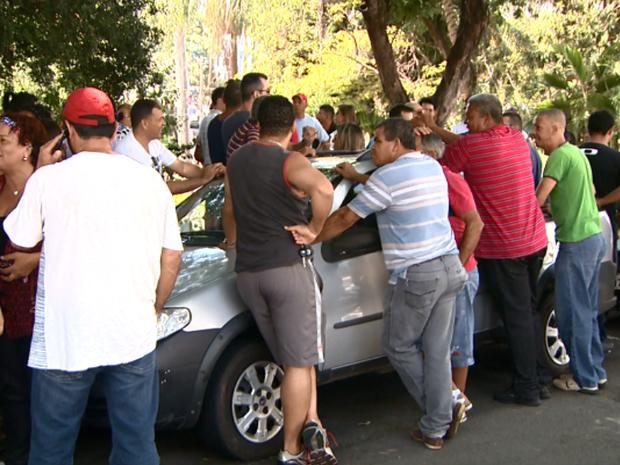 Servidores de Americana (SP) fazem greve por pagamento de salário (Foto: Reprodução/ EPTV)