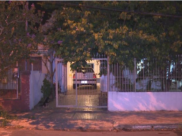 Vitima foi morta quando deixava amiga da filha em casa (Foto: RBS TV/ Reprodução)