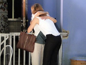 Emocionadas, as duas se abraçam